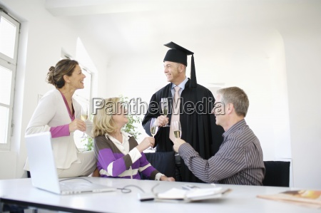 aeltere menschen graduierung feiert mit champagner