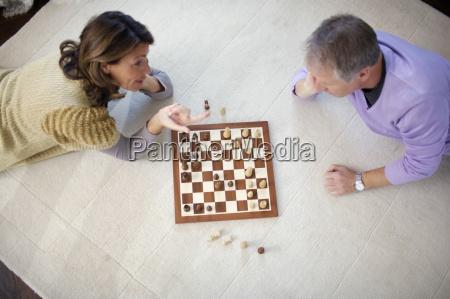 aelteres paar spielt schach high angle
