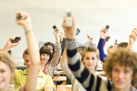 studenten im klassenzimmer sitzt am schreibtisch