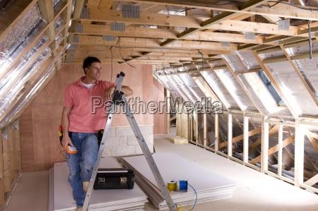elektriker schiefen gegen leiter in dachboden
