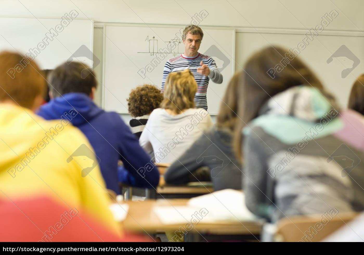 rückansicht, des, klassenzimmers, voller, schüler, und - 12973204