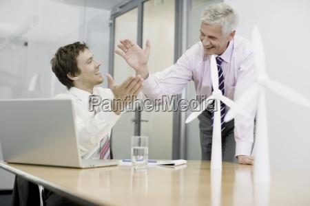 dois empresarios que sentam se em