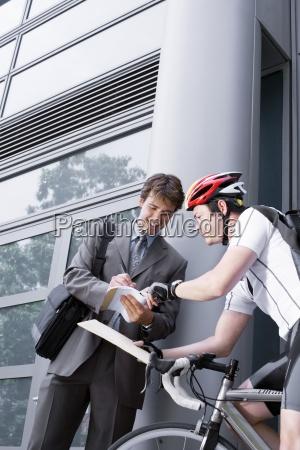 fahrrad kurier paket unternehmer liefert ein
