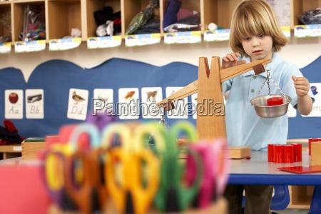 multi farvede sakse i klassevaerelset fokus