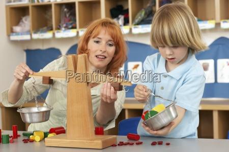 boy 4 6 und lehrer spielen