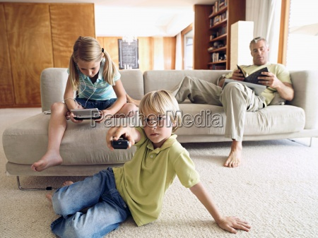 vaterlesebuch auf sofa zu hause junge