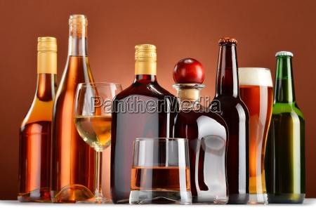 flaschen und glaeser sortierte alkoholische getraenke