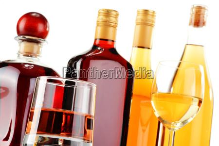 flaschen und glaeser verschiedenen alkoholischen getraenken