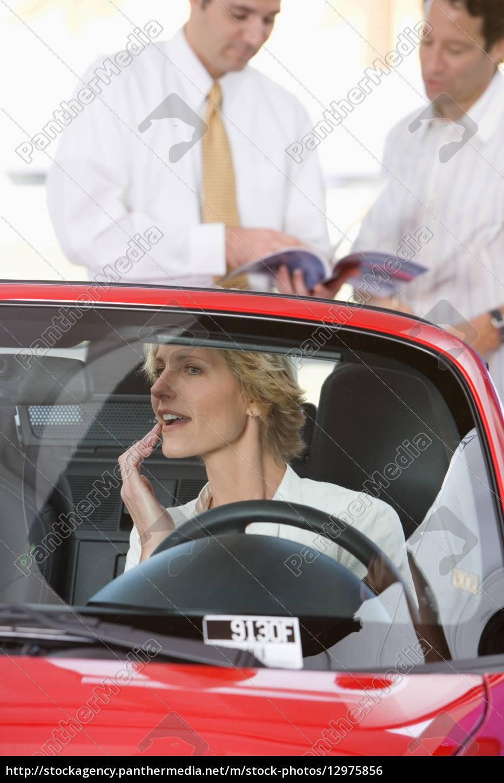 frau, sitzt, im, roten, cabrio, im - 12975856