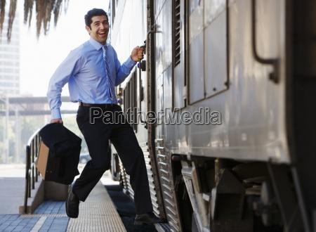spaeter geschaeftsmann eilen personenzug zu fangen