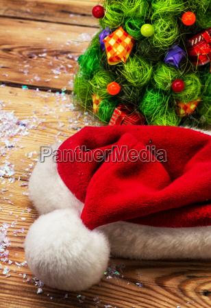 weihnachts muetze auf dem hintergrund der