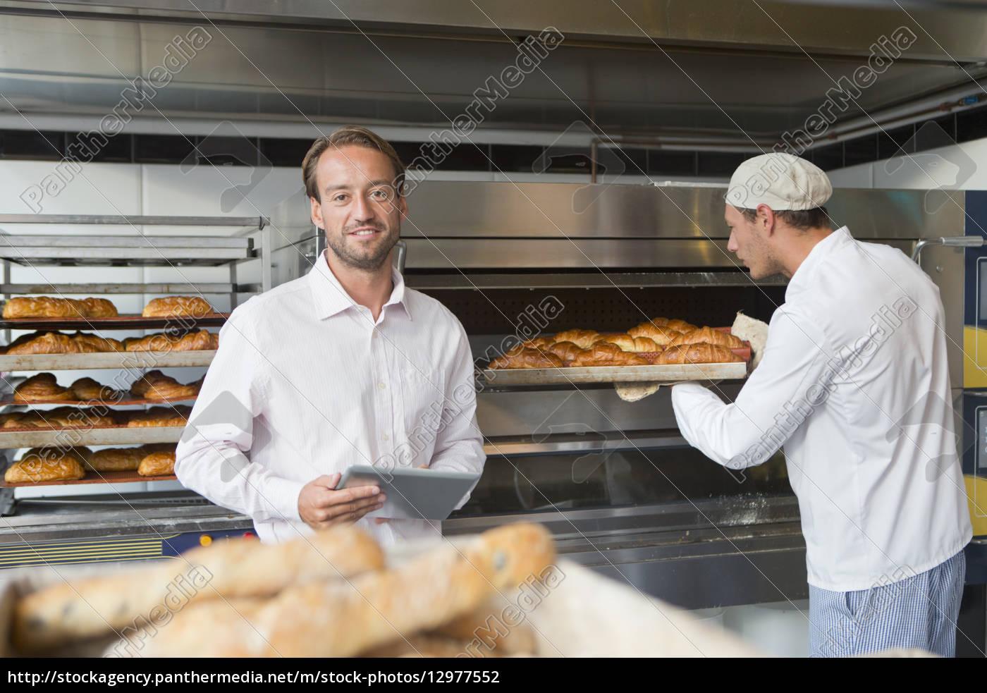 baker, hält, brot, in, der, bäckerei - 12977552