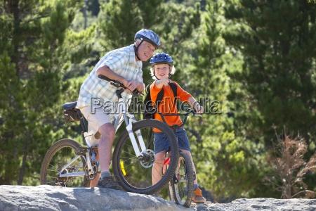 grossvater und enkel reiten mountainbikes im