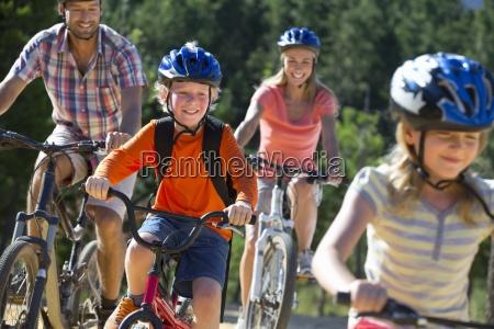 familien reiten mountainbikes im wald