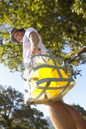 low angle view mann flaschen saft
