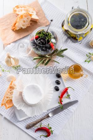 weichkaese mit wuerzigen oliven