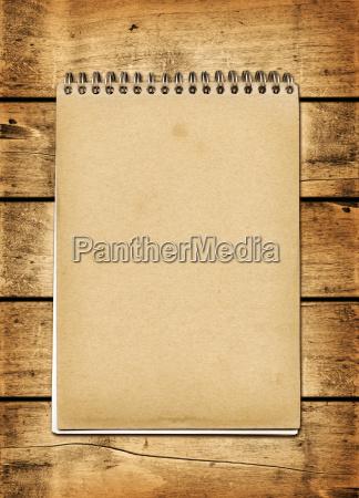 leere vintage notebook auf einem holzbrett