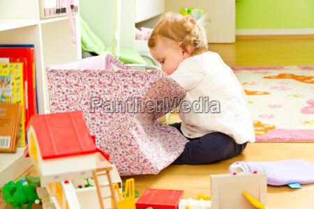 kleines auf entdeckungsreise im kinderzimmer