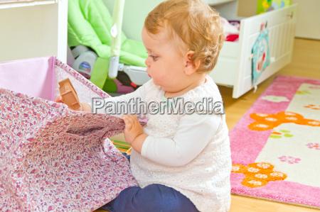 baby kind spielen kinderzimmer entdecken neugier