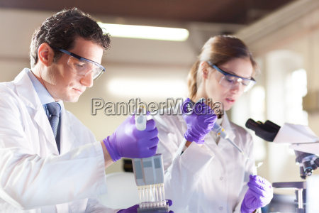 attraktive junge wissenschaftler pipettieren