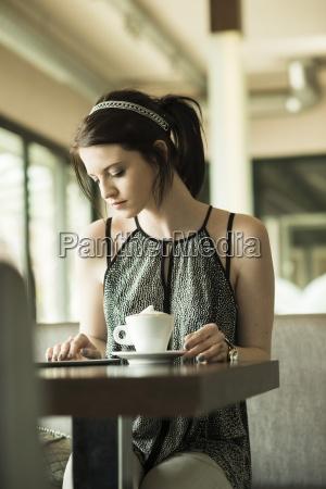 frau ernst cafe warten abwarten warte