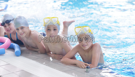 gruppe gluecklicher kinder in der schwimmbad