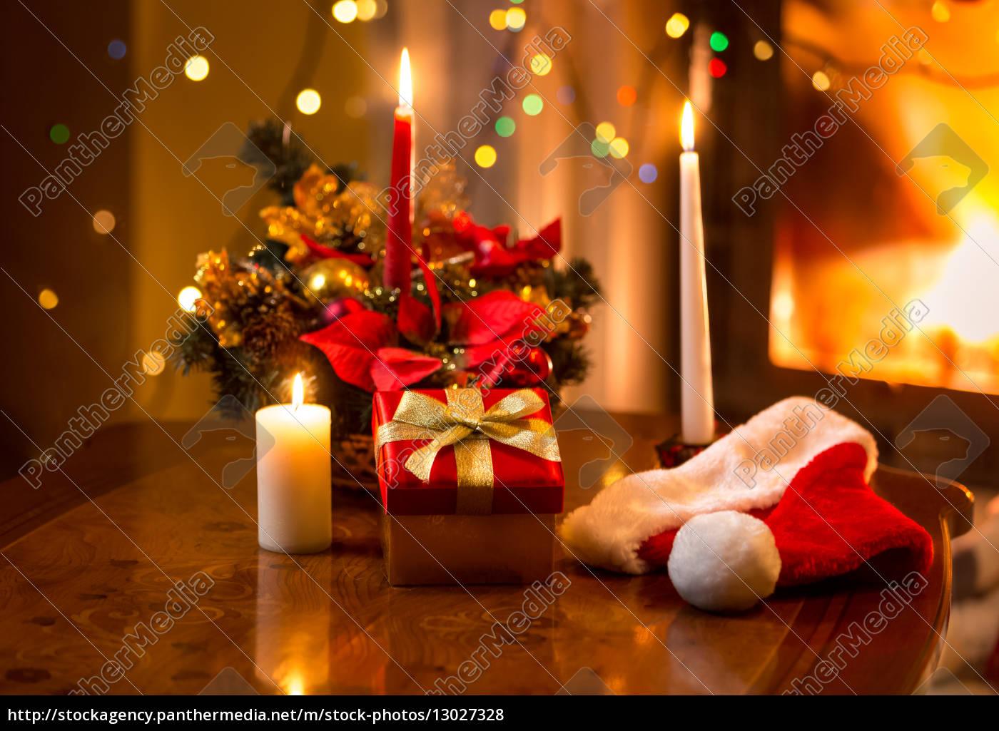 Kerzen Weihnachten.Lizenzfreies Foto 13027328 Weihnachten Foto Von Brennenden Kerzen Mit Geschenkbox Gegen