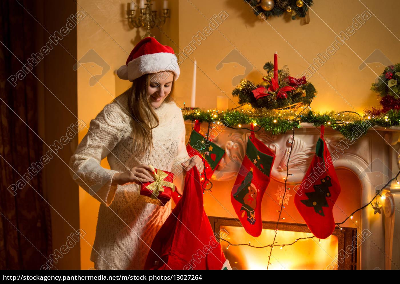 Die Weihnachtsgeschenke.Lizenzfreies Foto 13027264 Junge Mutter Die Weihnachtsgeschenke In Strümpfen Hängen