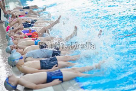 gruppe glueckliche kinder kinder im schwimmbad