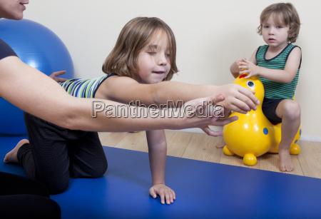 physiotherapie mit zwei kindern