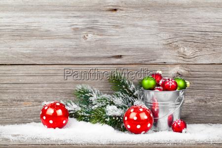 weihnachten dekoration auf einem hoelzernen hintergrund