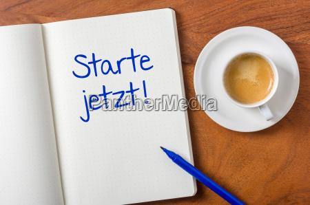 notizbuch auf schreibtisch starte jetzt