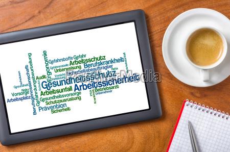 tablet auf schreibtisch gesundheitsschutz ind