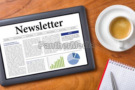 tablet auf schreibtisch newsletter