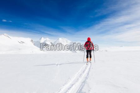 bergsteiger zu fuss auf einem gletscher