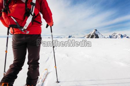 mountaineer erkunden einen gletscher mit den