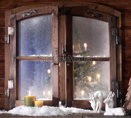 schnee rentier und brennende kerzen auf