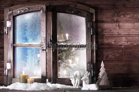 weihnachtsdekoration im holzfenster