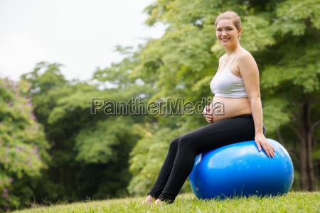 bauch der schwangeren frau schweizer fit