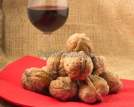 walnuesse und rotwein