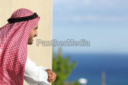 arabische saudi mann auf das meer