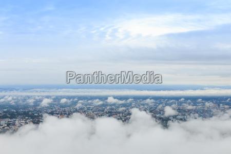 stadtlandschaft mit hoher aussicht am wolkenhimmel