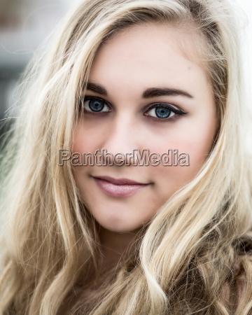schoene blonde teenager maedchen mit blauen