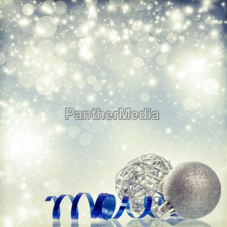 silberner weihnachtshintergrund mit weihnachtsbaellen