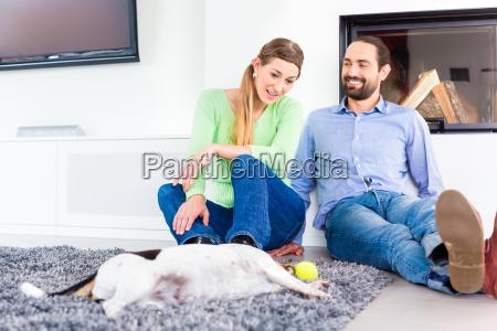 paar sitzt im wohnzimmer und spielt