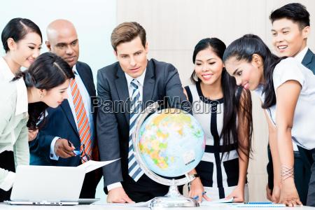 business team diskutieren globale marktforschung
