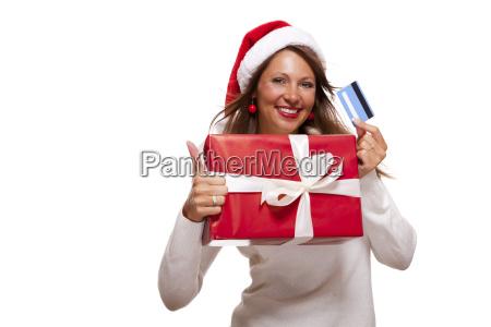 lachende junge frau mit weihnachtsmuetze und