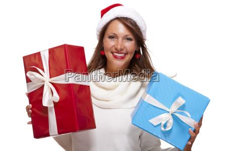 froehliche attraktive bruenette frau mit weihnachtsmuetze