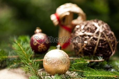 goldene christbaumkugeln glitzernd auf tannenzweigen mit