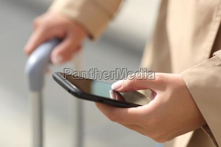 traveler frau hand beratung ein smartphone